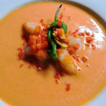 Gazpacho mit gebratenen Gambas